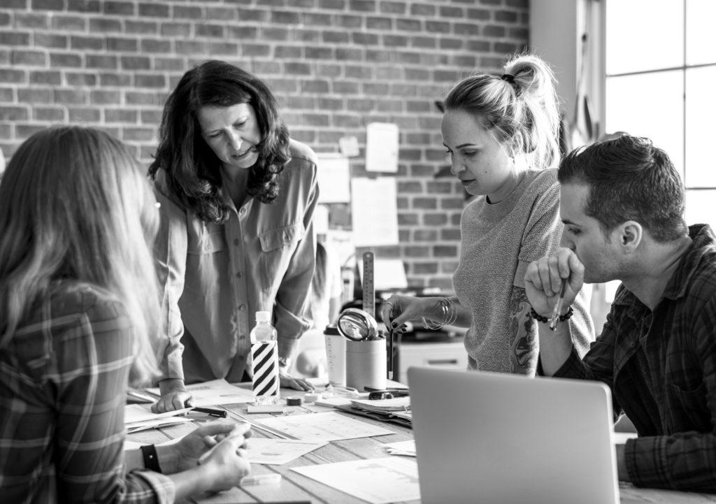 cum sa invatam mai usor, studenti la munca in echipa