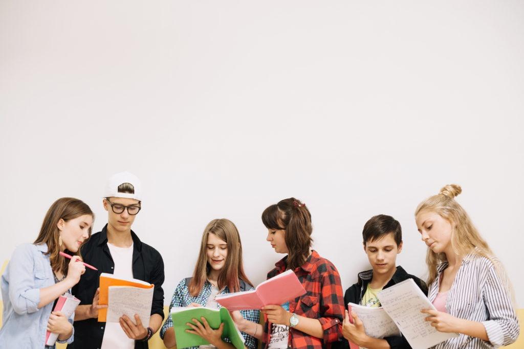 cum invatam mai usor in facultate - studenti cu caietele in mana