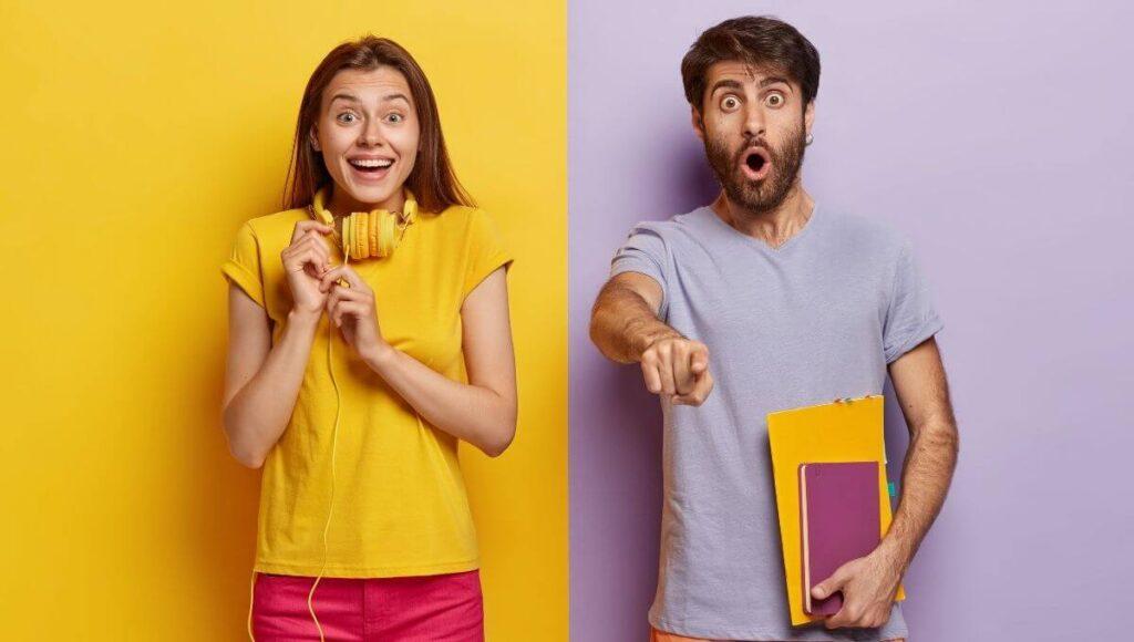 ce facultati pot urma dupa filologie si stiinte sociale - doi studenti care se mira si arata cu degetul