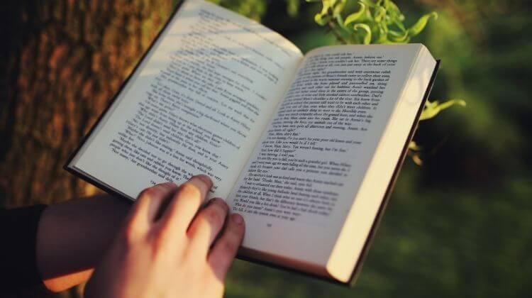 de ce e bine sa citesti - carte deschisa in natura