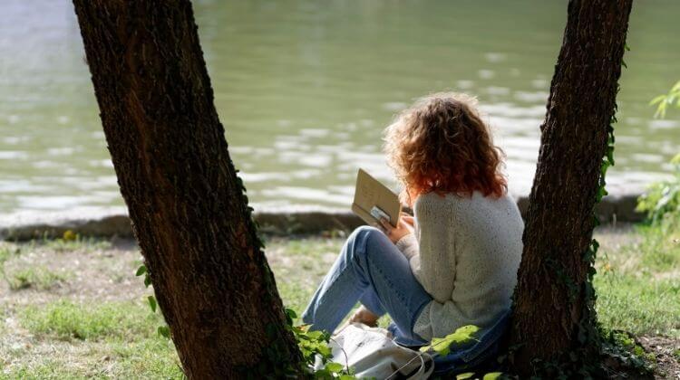 de ce e e bine sa citim - fata care citeste pe malul lacului